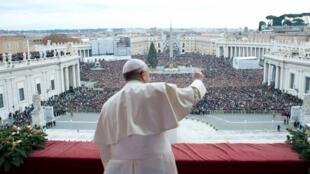 La multitud en la plaza San Pedro de Roma aclama al papa Francisoc, 25 de diciembre de 2013.