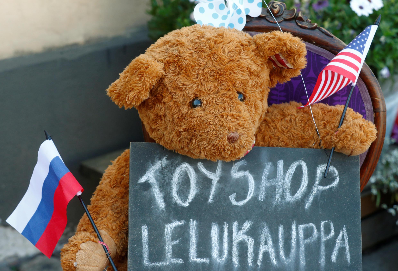Une tendre image de la rencontre au sommet Trump-Poutine dans la vitrine d'un magasin de jouet d'Helsinki, en Finlande, ce 16 juillet 2018.