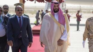 Rais wa Mauritania Mohamed Ould Abdel Aziz (kushoto) akimpokea Mwanamfalme wa Saudi Arabia Mohammed bin Salman aliwasili kwenye uwanja wa Ndege wa Nouakchott Desemba 2, 2018.