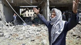 Moradores se desesperam após os ataques das forças do regime sírio no bairro de Duma, na periferia de Damasco, nesta quinta-feira, dia 22 de agosto.