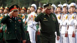 Bộ trưởng Quốc Phòng Nga Sergei Shoigu (P) và đồng nhiệm Việt Nam Ngô Xuân Lịch, Hà Nội, 23/01/2018.