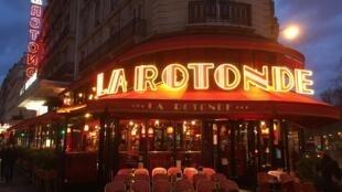 Фаворит президентской гонки Эмманюэль Макрон отпраздновал победу в первом туре выборов в известную брассери La Rotonde