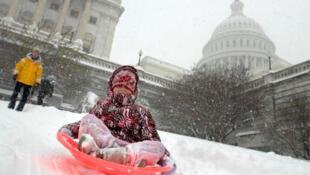 La neige fait le bonheur des enfants au Capitole à Washington, le 19 décembre 2009.
