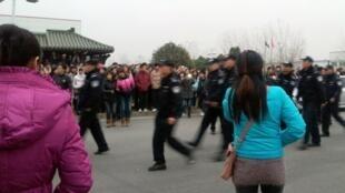 南京韩企LG面板厂工人罢工时警方经过的情景