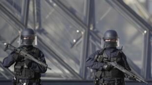 La policía francesa protege la entrada de la Piramide del Museo del Louvre.