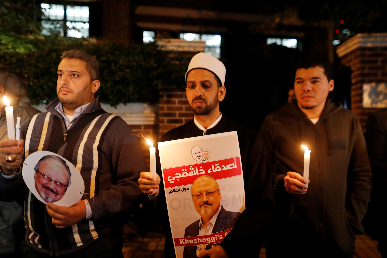 Des manifestants tenant le portrait du journaliste saoudien Jamal Khashoggi, devant le consultat d'Istanbul, le 25 octobre 2018.