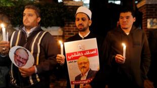 Des manifestants tenant le portrait du journaliste saoudien Jamal Khashoggi devant le consultat d'Istanbul, le 25 octobre 2018.