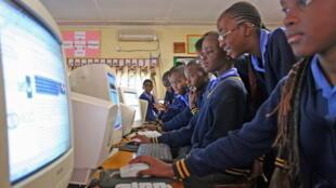 Des élèves de la Rhodes Park School à Lusaka, en Zambie, durant un cours d'informatique