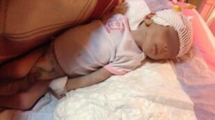 رؤیا نوزاد معتادی که در بی کسی در بیماستان لقمان تهران درگذشت