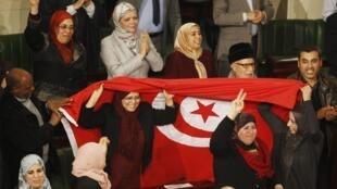 Diputadas tunecinas festejan la aprobación de la nueva Constitución.