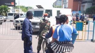 Un barrage policier restreint l'accès au quartier de La Gombe à Kinshasa qui a été mis sous confinement par le gouvernement.
