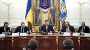 Виктор Янукович встречается с бизнесменами и инвесторами по поводу контракта с фирмой Chevron в Киеве 05/11/2013