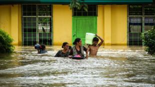 Residentes da ilha de Mindanau estão a fugir das inundações, 23 de Dezembro de 2017