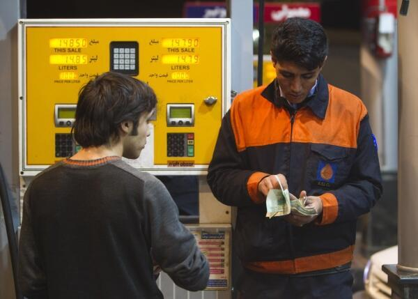 Un hombre carga gasolina en una estación de servicio al norte de Teherán el 19 de diciembre.