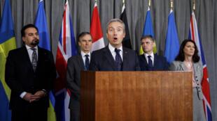 فرانسوا- فیلیپ شامپانی، وزیر امور خارجۀ کانادا (در مرکز در حال سخن گفتن). پشت سر او وزیران امور خارجۀ کشورهای عضو گروه هماهنگی بینالمللی دیده میشوند.