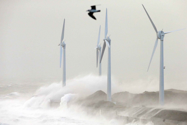 Ondas provocadas pela tempestade Christian em Boulogne sur Mer, no noroeste da França.