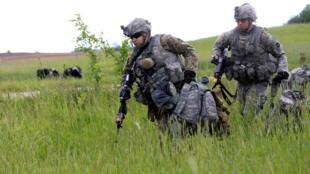 Soldados do exercito americano durante um exercício em 17 de junho, na Lituânia.