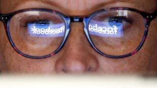 L'an dernier, Facebook avait été pris dans la tourmente. Les données personnelles de millions de ses utilisateurs avaient été siphonnées et utilisées à des fins politiques par une entreprise qui a donné son nom au scandale Cambridge Analytica.