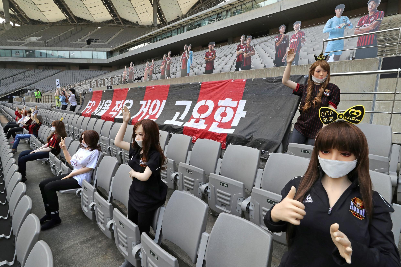 Des mannequins remplacent les supporters dans les tribunes, lors d'un match de football du FC Séoul, à Séoul (Corée du Sud), le 17 mai 2020.