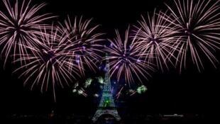 Салют у Эйфелевой башни, 14 июля 2020 г.