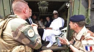 Президент Франции Эмманюэль Макрон и президент Мали Ибрагим Бубакар Кейта во время посещения французских баз в Гао