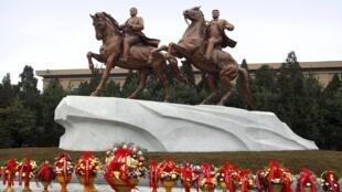 Tượng các lãnh đạo Bắc Triều Tiên Kim Nhật Thành (trái) và Kim Jong Il tại Bình Nhưỡng, 15/02/2012