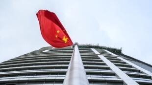 Una bandera china en la oficina de defensa de la seguridad nacional en Hong Kong, el 8 de julio de  2020