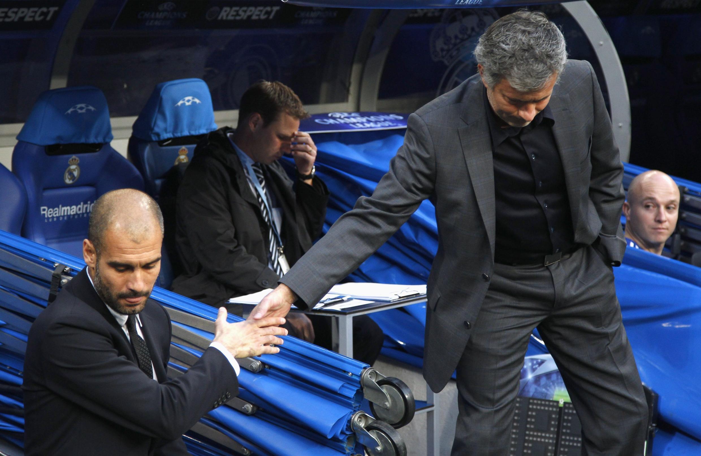Josep Guardiola et José Mourinho se serrant froidement la main avant Real-Barça.