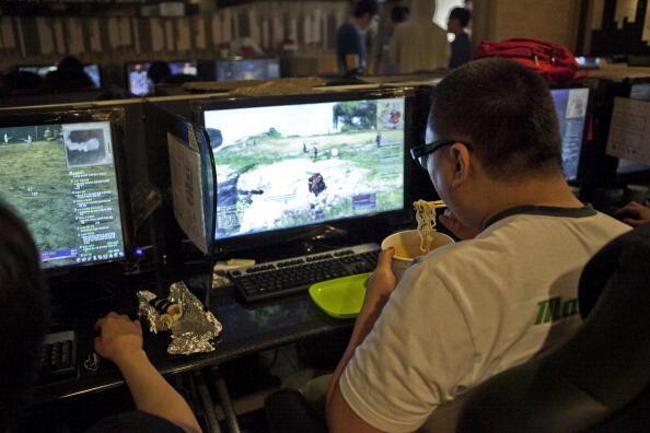 Un adepte de jeux vidéo en ligne dans un cybercafé à Séoul.