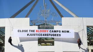 Manifestation devant le Parlement australien pour exiger la fermeture des camps de rétention controversés sur les îles du Pacifique.