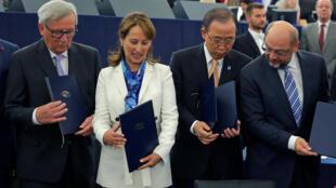 A ministra francesa do Meio Ambiente e Presidente da COP21 Ségolène Royal (esq.), O secretário-geral da ONU, Ban Ki-moon e o Presidente do Parlamento Europeu Martin Schulz, durante assinatura do Acordo. 04/10/2016.