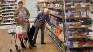 Clientes de Sainsbury's en Londres. Los anaqueles podrían quedarse sin productos que hoy llegan gracias a que el Reino Unido está en la Unión Europea.