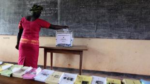 Une femme vote dans un bureau de Yaoundé, le 9 octobre 2011.