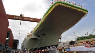 Les employés de l'arsenal de Cochin célèbrent la mise à l'eau de l'INS Vikrant ce lundi 12 août.