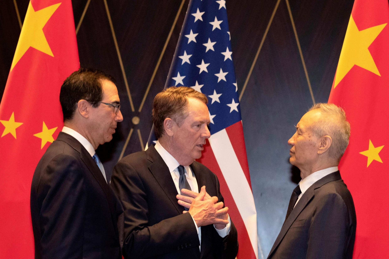 Đại diện Thương Mại Mỹ Robert Lighthizer (G) nói chuyện với phó thủ tướng Trung Quốc Lưu Hạ (Liu He) sau cuộc họp báo tại Trung tâm Hội nghị, Thượng Hải, Trung Quốc, ngày 31/07/2019