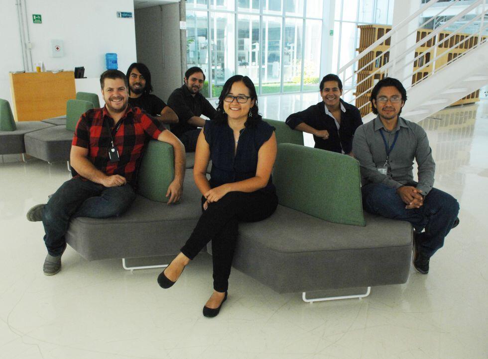 Selene Fernández Valverde con otros investigadores del laboratorio LANGEBIO, en Irapuato, Guanajuato.
