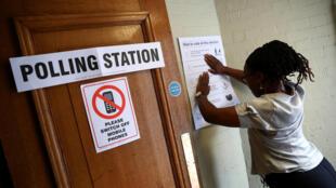 Les Britanniques doivent renouveler les 650 députés de la Chambre des communes, qui siège au palais de Westminster, à Londres. Bureau de vote à Londres ce jeudi 8 juin.