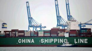 2016年10月13日,中国山东省青岛港口等待运输的货物集装箱。