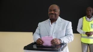 Le président du Gabon, Ali Bongo en train de voter lors du scrutin du 6 octobre 2018 (photo d'illustration).