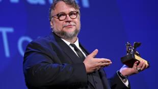 """Đạo diễn Mêhicô Guillermo Del Toro và giải Sư Tử Vàng trong tay cho bộ phim  """"The Shape of Water"""" tại Liên hoan Phim Venice lần thứ 74, ngày 09/09/2017."""