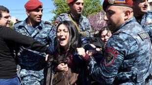 Pelo menos dez mil pessoas manifestaram-se hoje em Erevan, a capital da Arménia, contra o antigo Presidente, Serge Sarkissian,