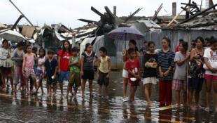 Os sobreviventes du tufão fazem filas para receber comida, água potável e outros produtos de primeira necessidade.