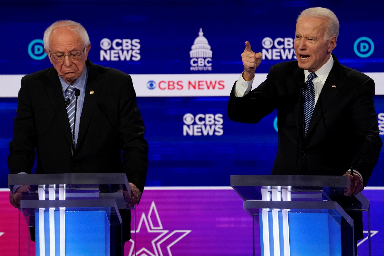 Bernie Sanders e o ex-vice-presidente Joe Biden participam do décimo debate presidencial Democrata 2020 no Gaillard Center, em Charleston, Carolina do Sul, EUA. 25/02/ 2020.