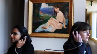 Des visiteurs écoutant le guide audio dans le nouveau musée de Pont-Avent. Au fond apparaît « Nu de la Comtesse d'Hauteroche », un tableau peint en 1896 par Armand Seguin.