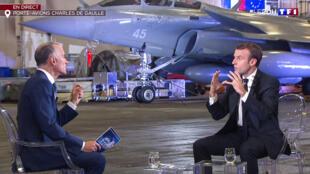 امانوئل ماکرون، رئیس جمهوری فرانسه، در آشیانۀ ناو هواپیمابر شارل دوگل، که در بندر «تولون» در جنوب فرانسه لنگر گرفته است، به پرسشهای روزنامه نگار شبکۀ اول تلویزیون این کشور پاسخ میدهد - ١٤ نوامبر ٢٠١٨