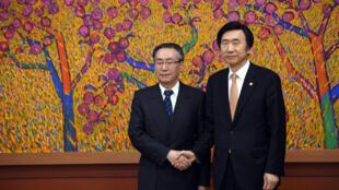 O minstro sul-coreano das Relações Exteriores, Yun Byung-Se (d) ao lado do enviado especial da China, Wu Dawei (L), durante reunião em Seul.