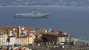 La marine nationale a procédé à un transfert de 12 patients de la Corse vers le continent grâce à un porte-hélicoptère transformé pour l'occasion en hôpital flottant.