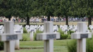 Le peloton du Tour de France passe non loin du cimetière de la Première Guerre mondiale de Rancourt, sur le tracé du parcours Arras-Reims, le 10 juillet 2014.