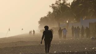 Пляж города Гран-Басам (Кот-д'Ивуар) патрулируется полицией. 13 марта 2016