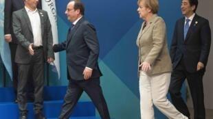 O ministro argentino Axel Kicillof (esquerda) cumprimenta o presidente francês François Hollande, no encontro do G20, na Austrália.